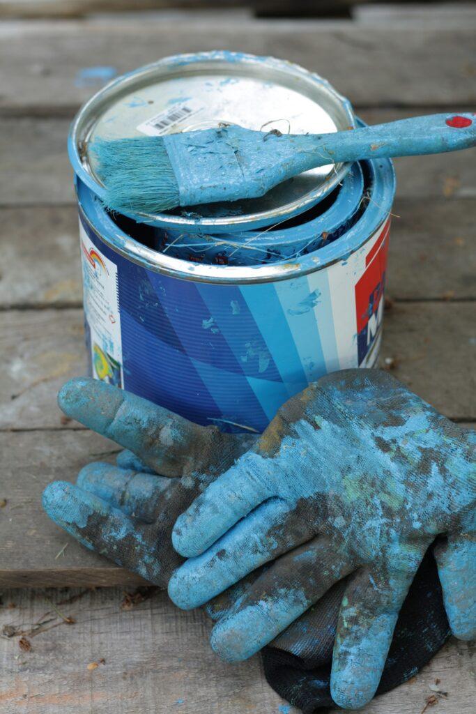 Czy wybór koloru farby ma znaczenie przy malowaniu sprzętu rolniczego?